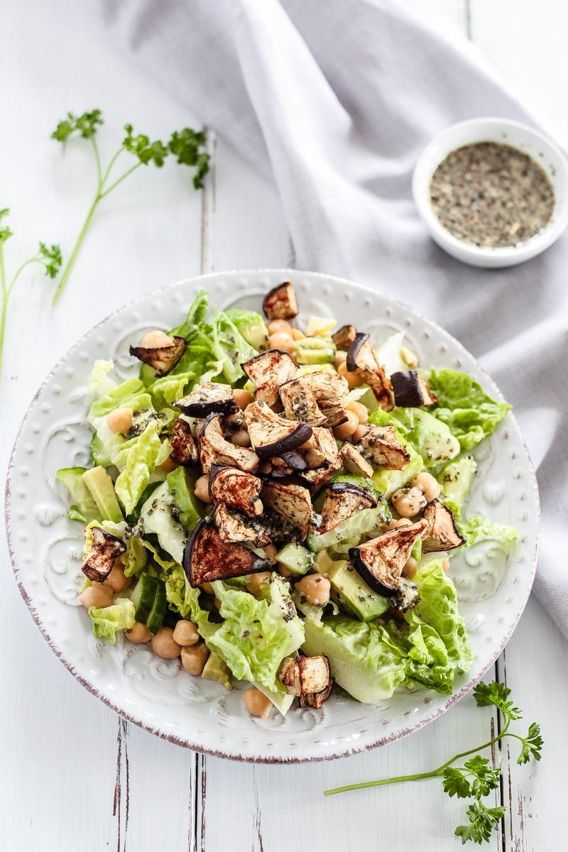Ein leckeres low carb Salat Rezept mit gerösteter Aubergine, Kichererbsen und einem Knoblauch-Basilikum-Dressing! Gesund, einfach und vegan! #vegetarisch #salat #lowcarb