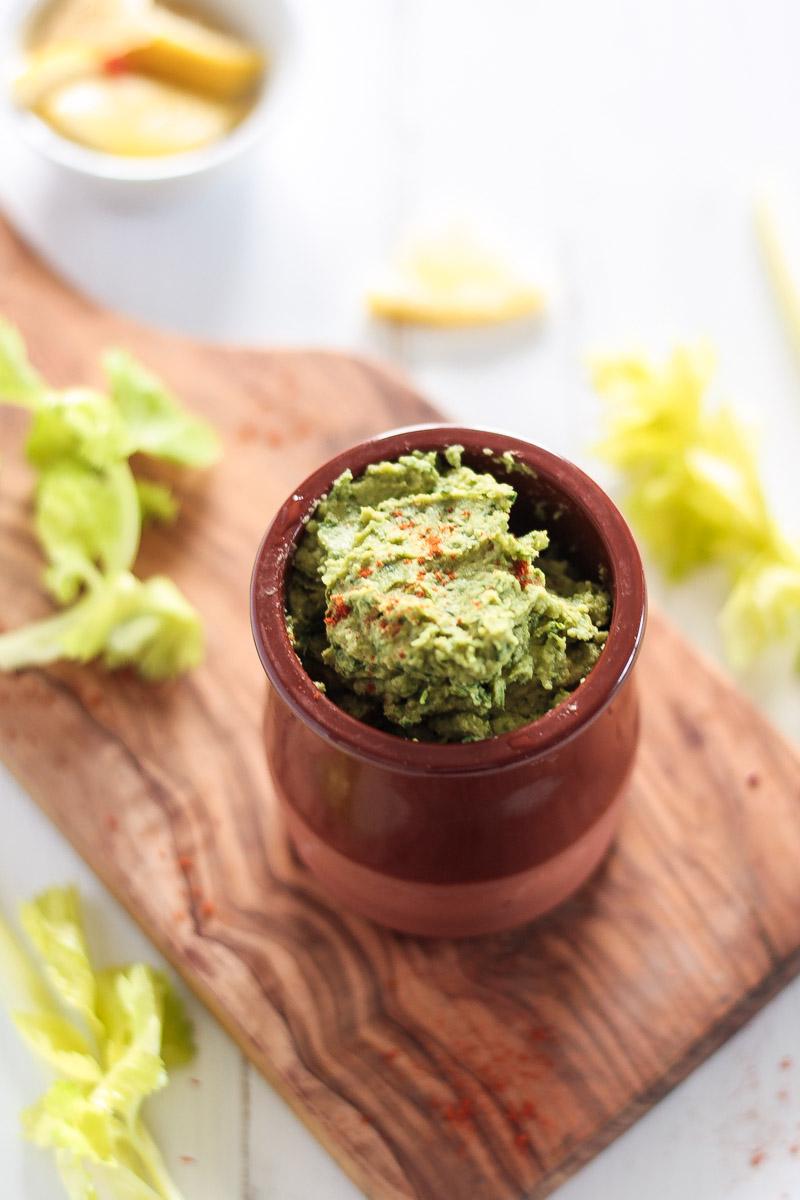 Veganes und einfaches Bärlauch-Hummus bringt den Frühling auf den Teller! In wenigen Minuten ist der Hummus fertig und kann als Brotaufstrich, Dip oder zum Salat gegessen werden. #Bärlauch #vegan #Hummus