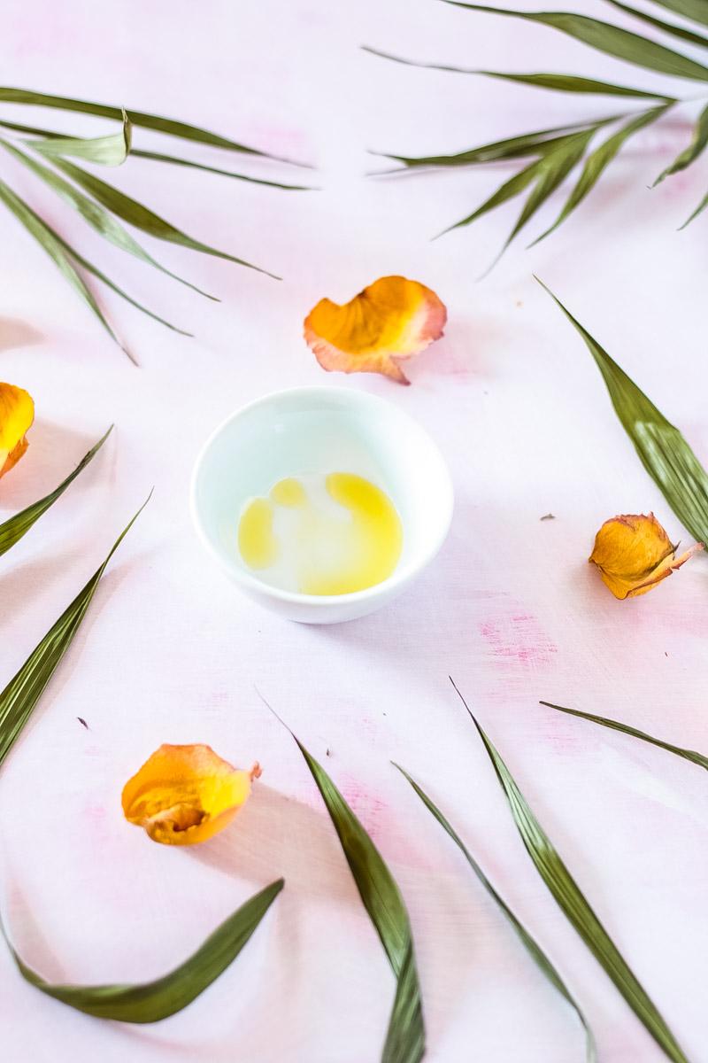 Natürlich schöne Hautpflege mit Jojobaöl! 5 Gründe warum du Jojobaöl in deiner Pflege Routine brauchst. Jojobaöl für Haut und Haare - die besten Anwendungen für Jojobaöl #Jojobaöl #Naturkosmetik #Chemiefrei