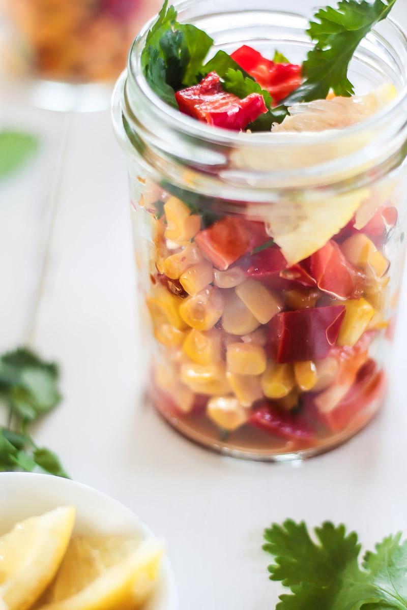 Ein schneller und würziger Maissalat mit frischem Koriander und feiner Chilinote. Ein perfekter Beilagensalat für's Grillfest! #Grillen #Salat #Grillsalat
