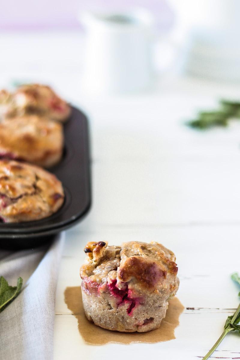 Ein einfaches Rezept für gesunde vegane und glutenfreie Rhabarber-Erdbeer-Muffins! Diese Muffins sind schnell zubereitet und auch für Kinder eine süße Leckerei. #Rhabarber #Erdbeeren #Muffins #vegan