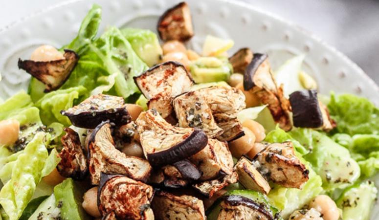Salat mit Aubergine und Knoblauch-Basilikum-Dressing