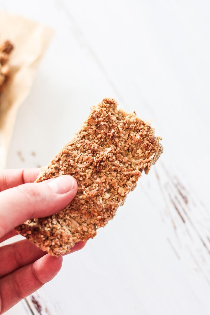 Vegane und glutenfreie Müsliriegel selbermachen geht schnell und die Riegel sind ein super Snack am Nachmittag oder prima als schnelles Frühstück am Morgen. #Rezept #Müsliriegel #vegan
