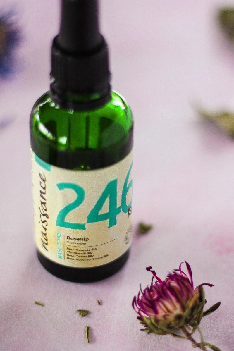 Naturkosmetik Produkte im Test: das Hagebuttenkernöl von Naissance. Hagebuttenkernöl ist kein Geheimtipp in der Anti-Aging Pflege mehr! Lies hier meine Review vom Bio Rosehip Oil von Naissance nach!