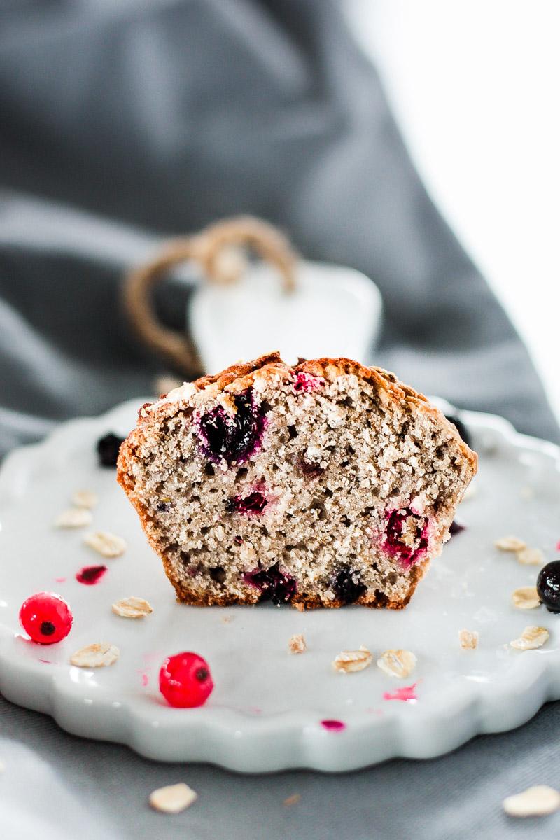 Vegane Frühstücks Muffins mit Banane und Haferflocken sind schnell zubereitet und halten dich dank Chia Samen, Beeren und Rosinen lange satt! Klick dich durch für das einfache Rezept! #Frühstückmuffins #Muffins #Veganbacken