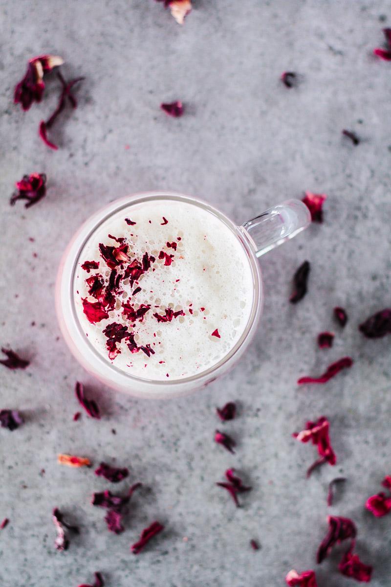 Ein einfaches Rezept mit Hibiskusblüten: veganer Hibiskus Latte ist eine schöne Alternative für deine Lieben zum Valentinstag, ist dank des hohen Vitamin C Gehaltes gesund und schmeckt einfach lecker! #Hibiskus #veganerlatte #Valentinstag