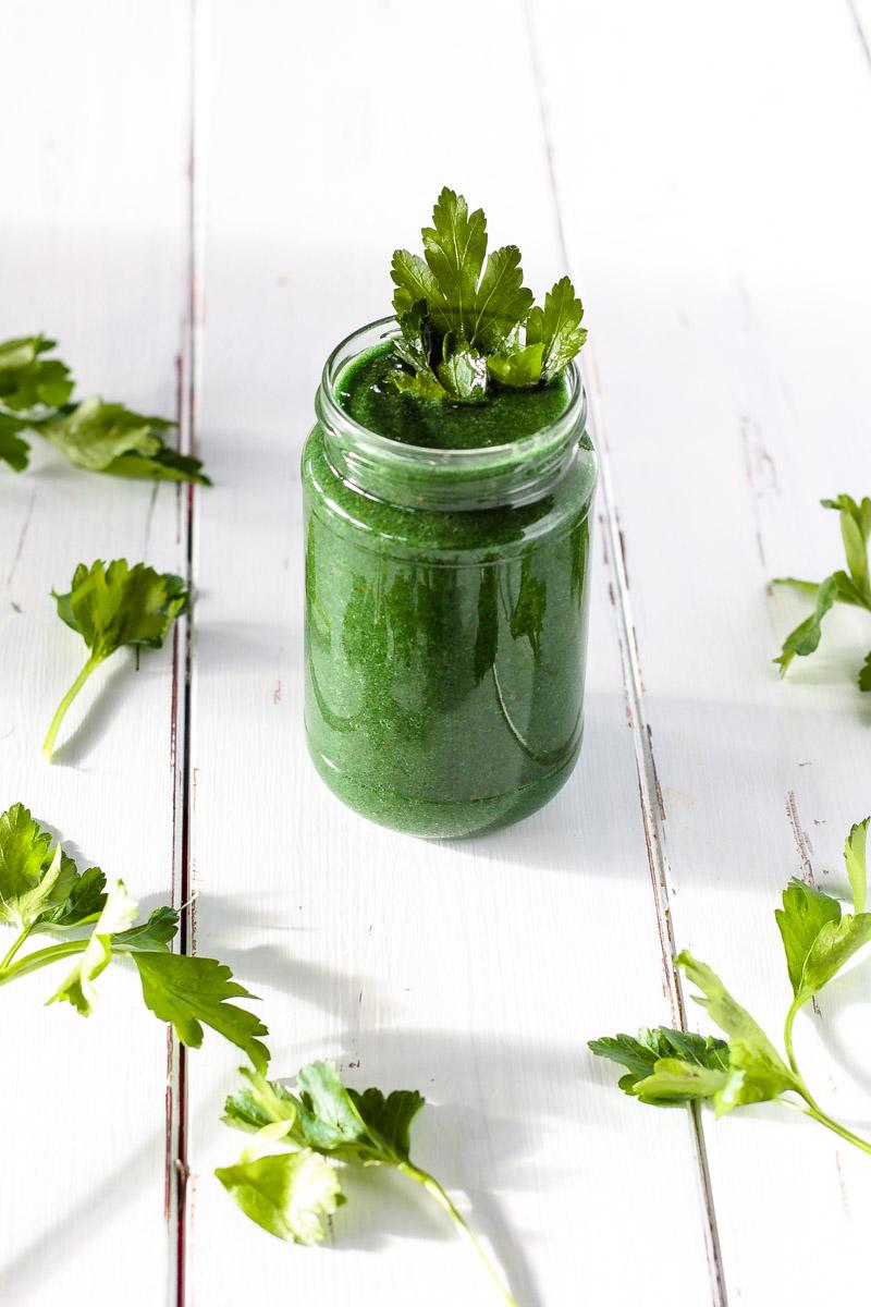 Ein grüner Smoothie mit Spirulina und Petersilie stärkt das Immunsystem und unterstützt den Körper bei der Entgiftung! #Smoothie #Spirulina