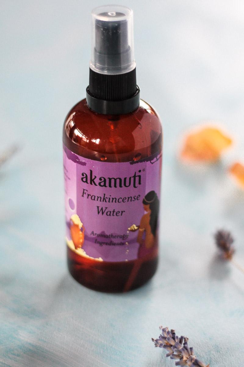 Naturkosmetik im Test: Weihrauchwasser von Akamuti. Weihrauchwasser ist eine tolle Alternative zu Rosenwasser. Es wirkt gegen Akne, erfrischt und verjüngt! #Naturkosmetik #Kosmetik #Gesichtswasser