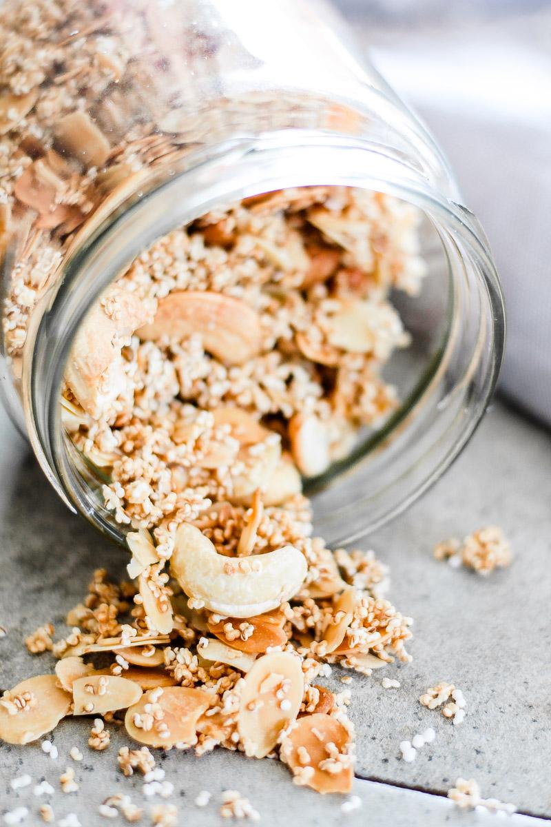 Glutenfreies Amaranth Nuss Granola ist ganz leicht selbst gemacht. Das Granola versüßt deine Smoothie Bowl, ist vegan und ölfrei! #Granola #Granolaselbermachen #Amaranth #glutenfreierezepte