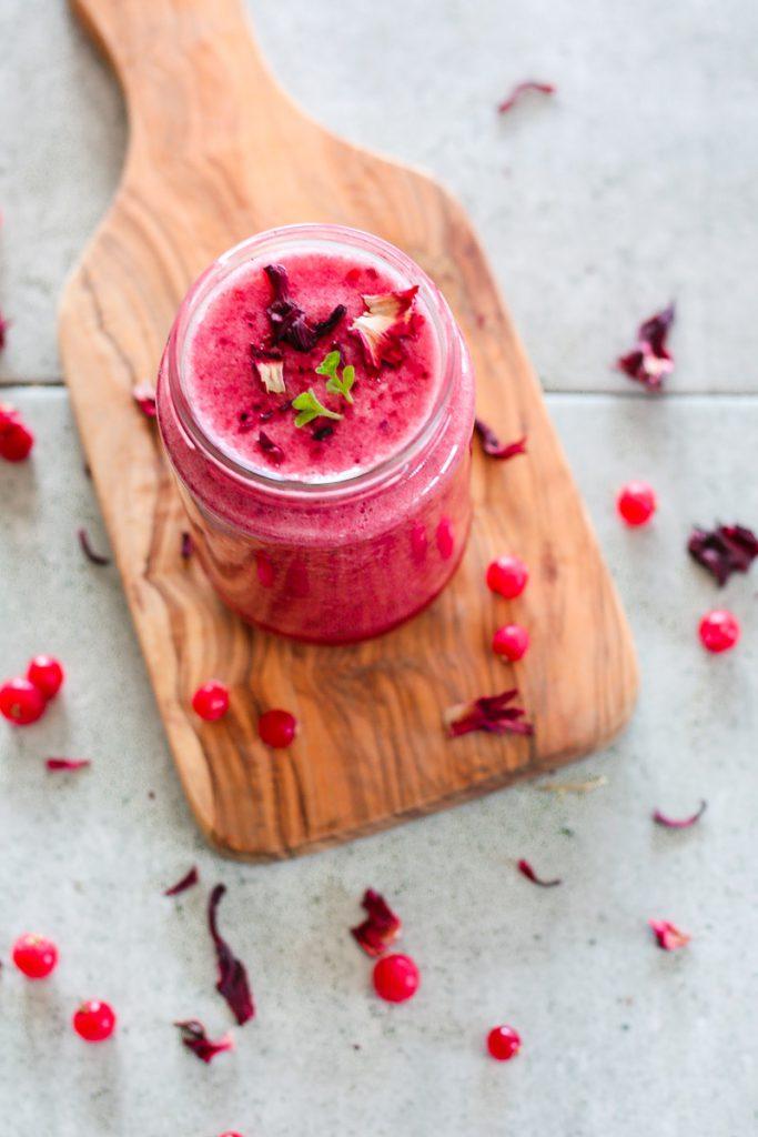 Dieser vegane Hibiskus Beeren Smoothie versorgt dich mit viel Vitamin C und vielen Antioxidantien - Ciao Erkältung! #Hibiskus #Smoothie #veganerezepte #veganersmoothie