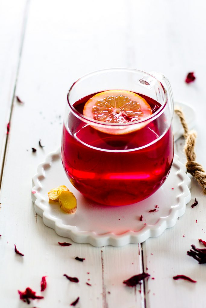 Gesunder Zitronen-Hibiskus-Ingwer-Tee. Dieser Tee bringt dich gesund durch's ganze Jahr und ist eine erfrischende Alternative zu Ingwertee! #Ingwertee #Hibiskustee #Zitronentee