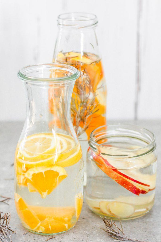 Gesunde Infused Water Rezepte - so trinkt hoffentlich jeder mehr Wasser! Selbst im Winter! Water Infused Water mit Zitrone, Ingwer, Kräutern und Obst #infusedwater #zitronenwasser #ingwerwasser