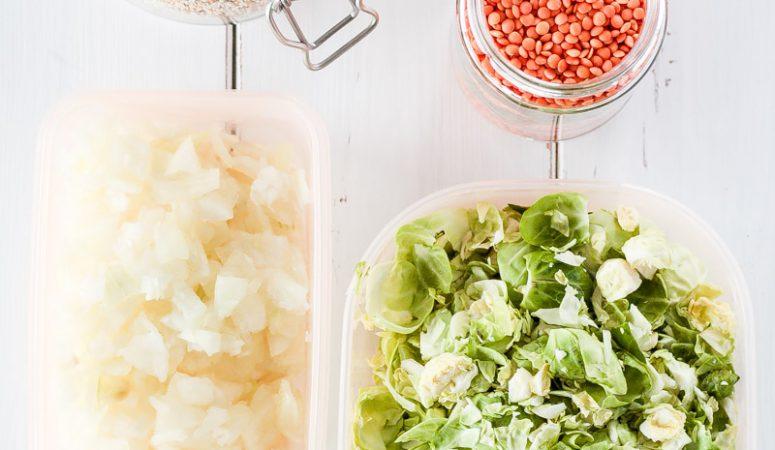 Meal Prep in 4 einfachen Schritten umgesetzt - auch für Anfänger! Meal Prep ist eine tolle Lösung um gesund zu essen und nicht ständig in der Küche zu stehen. Damit das einfach klappt gibt es auch eine Einkaufsliste und einen Wochenplaner gratis zum herunterladen! #mealprep #gesund