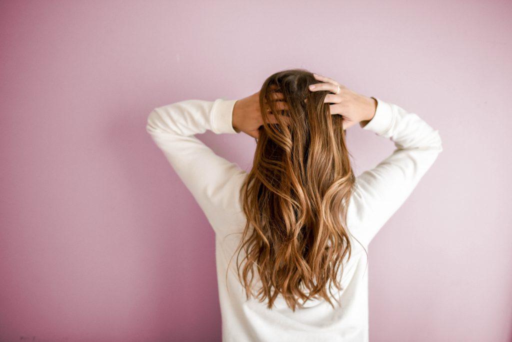 Eine Rosmarin Spülung ist ganz einfach selbst gemacht und sorgt für wunderbar glänzende Haare #Rosmarin #Haarspülung #Haare