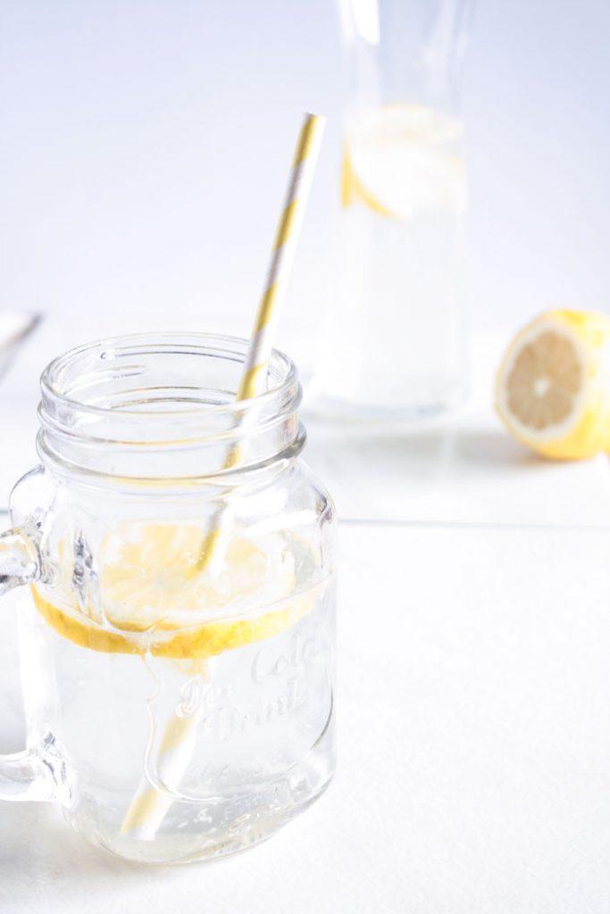 10 Gründe warum du mehr trinken solltest und 8 erprobte Tipps wie du das wirklich - auch im stressigen Alltag - umsetzen kannst! #trinken #wasser #gesundheit #selfcare