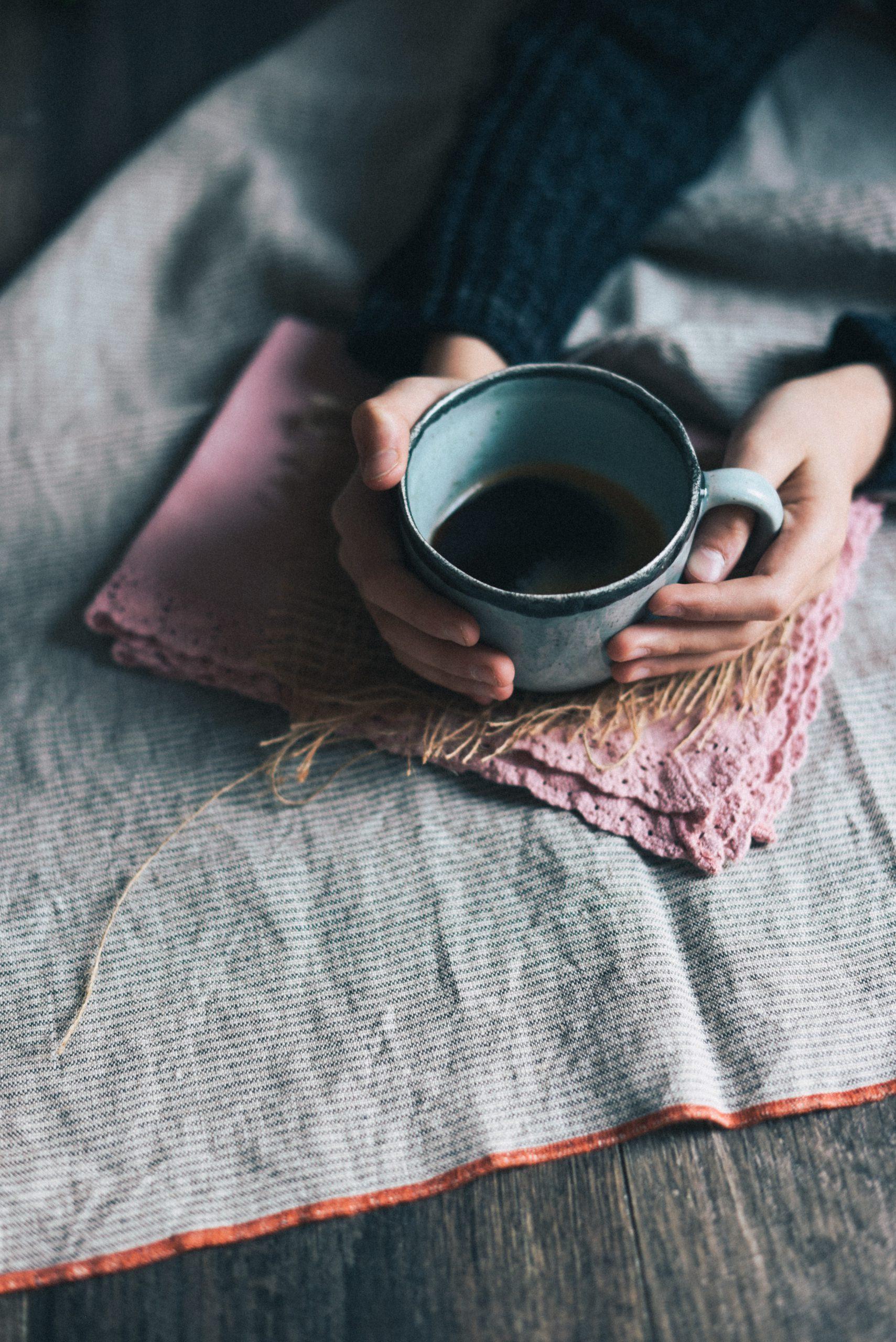 Besser schlafen mit diesen Tipps und Methoden. Schlaftagebuch, Aromatherapie und Abendroutine - all diese Gewohnheiten können uns zu besserem Schlaf verhelfen. #Schlafen #Gesundleben #Gesundheit #Selfcare
