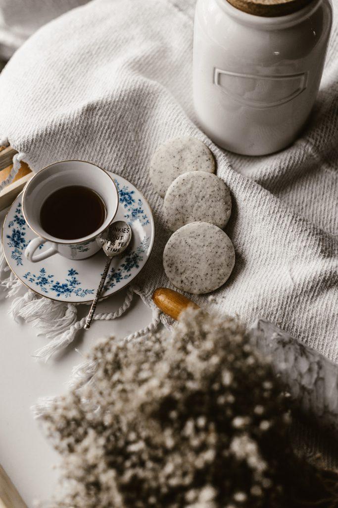 Tee selber machen und so Müll und Plastik sparen. Rezepte für leckere und gesunde eigene Tee Mischungen und Tipps wie du Kräuter richtig trocknest #kräuter #tee