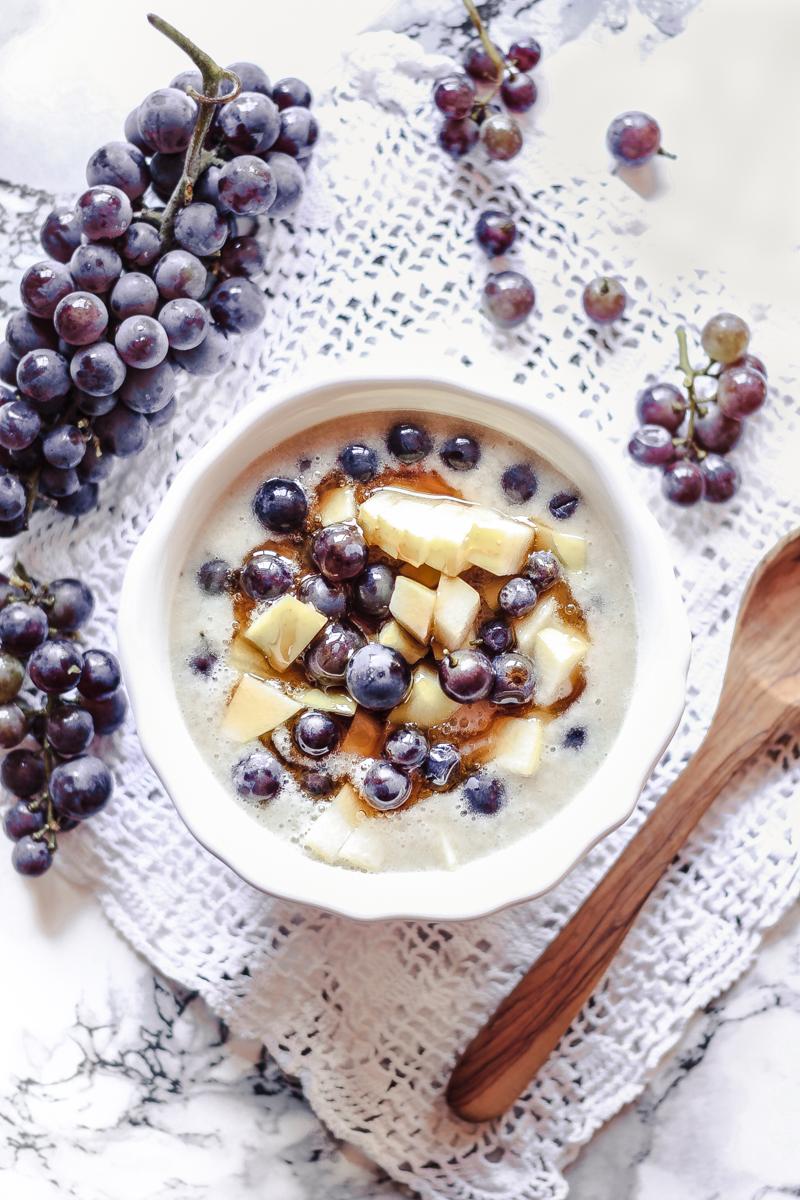 """Ein gesunder High Carb No Fat Snack für Zwischendurch: cremige """"Bananenmilch"""" mit Zimt und herbstlichen Früchten"""