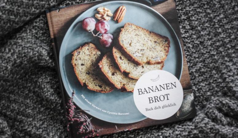 """Dieses vegane und glutenfreies Bananenbrot ist schnell zubereitet, benötigt wenig Zutaten und ist auch noch gesund! Klick dich durch für ein leckeres Rezept, frei von raffiniertem Zucker! Mein Rezept im Backbuch """"Bananenbrot - back dich glücklich"""""""