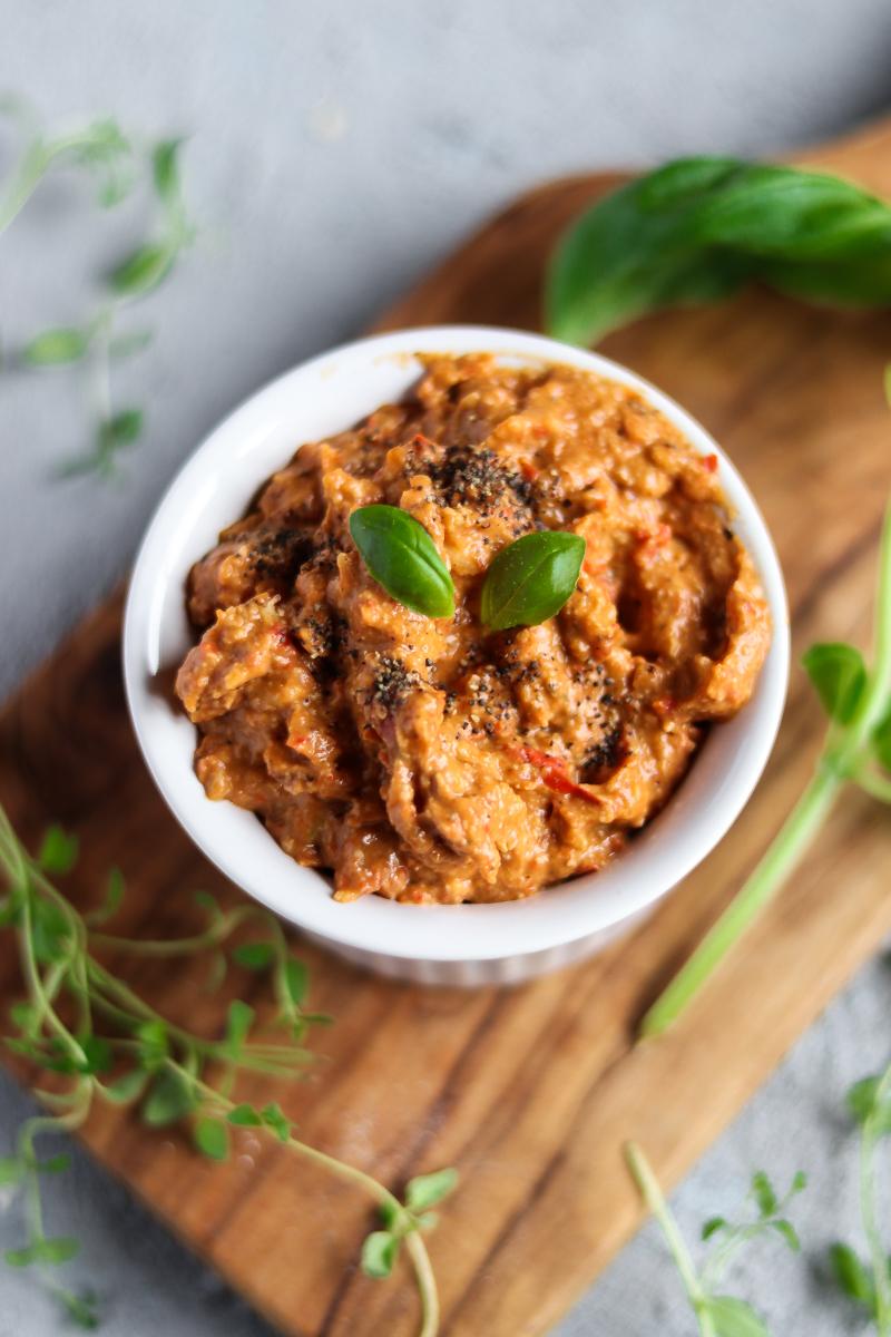 Pesto mal anders: gegrillte Paprika, geröstete Cashews mit Avocado statt Öl! Dazu passt eigentlich alles, aber besonders lecker wirds mit Süßkartoffel Nudeln - so sieht gesundes veganes und glutenfreies Comfort Food aus!