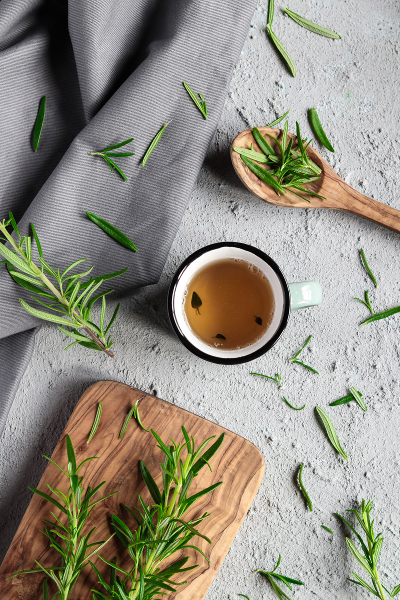 Tee selber machen und so Müll und Plastik sparen. Rezepte für leckere und gesunde eigene Tee Mischungen und Tipps wie du Kräuter richtig trocknest. Tee aus eigenen Kräutern vom Balkeon oder der Fensterbank! #kräuter #tee