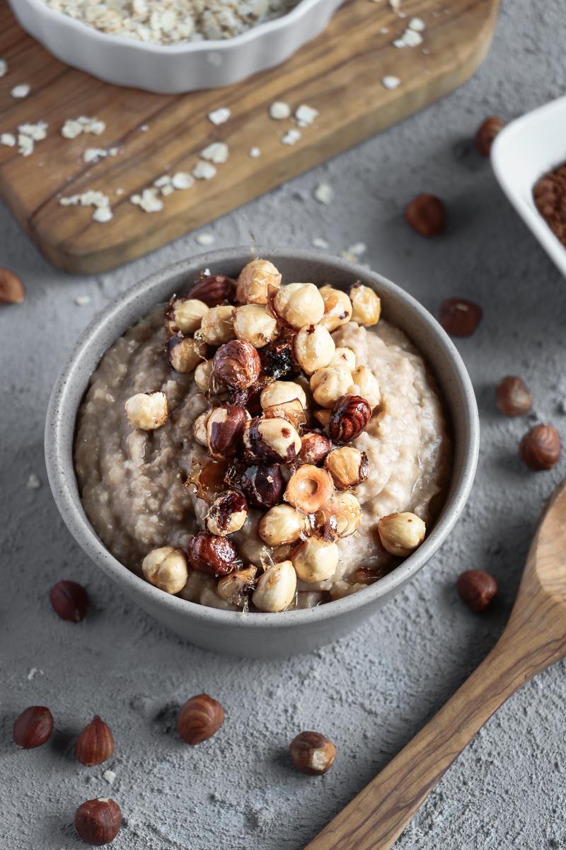 Für dieses leckere Ahorn Porridge mit crunchy Haselnüssen benötigst du nur 5 Zutaten! Ein leckeres veganes und glutenfreies Frühstück (oder für Leute wie mich: Snack und auch mal Abendessen :D ) das in 4 einfachen Schritten zubereitet ist!