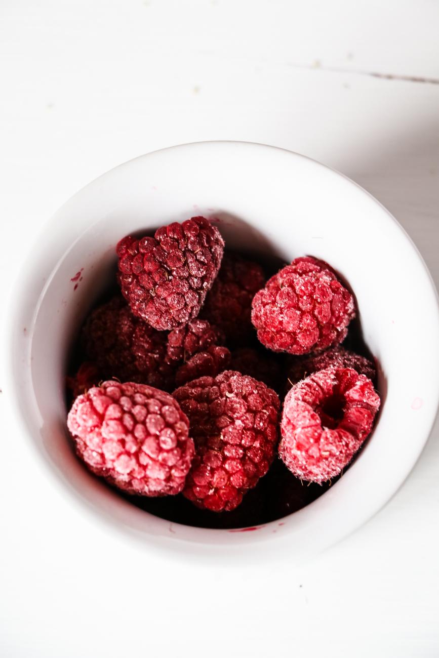 Knusprige Streusel Cupcakes mit süßer Himbeerfüllung für Groß und Klein. Einfach in der Zubereitung, nicht zu reichhaltig, natürlich gesüßt und vegan / glutenfrei!